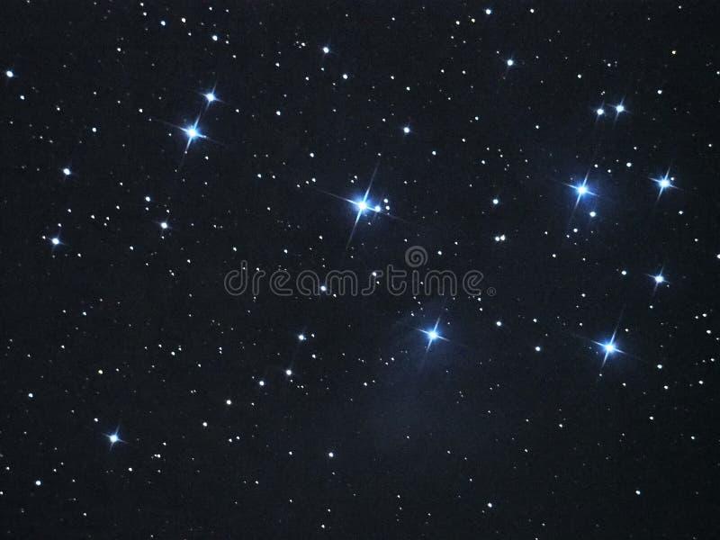 Il cielo notturno stars la nebulosa di Pleiades (M45) in costellazione del taurus fotografia stock