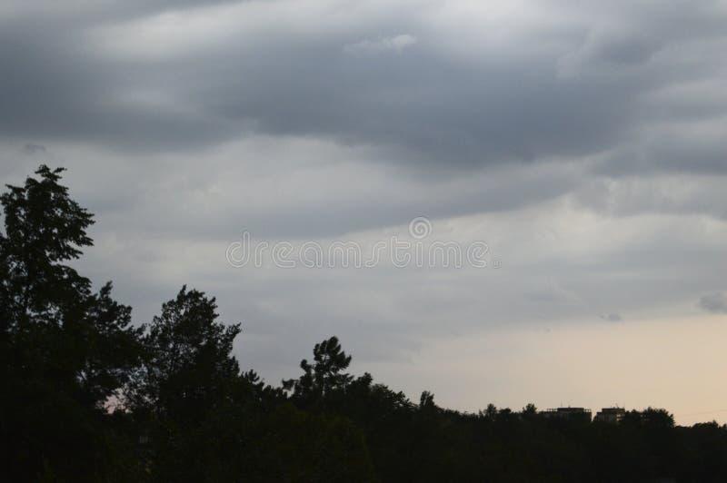 Il cielo piovoso durante il susnet fotografie stock libere da diritti