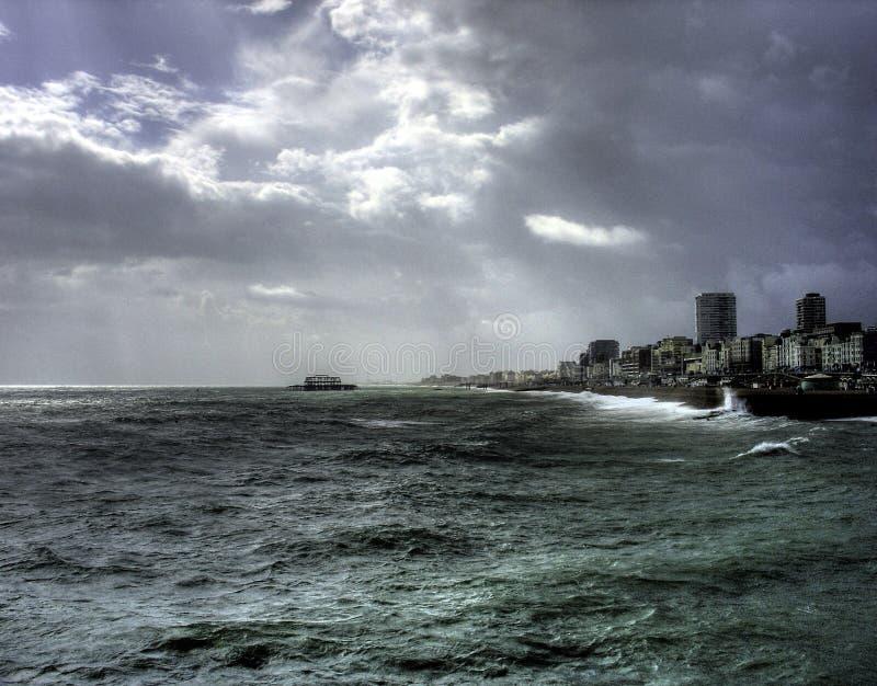Il cielo scuro di Brighton immagine stock