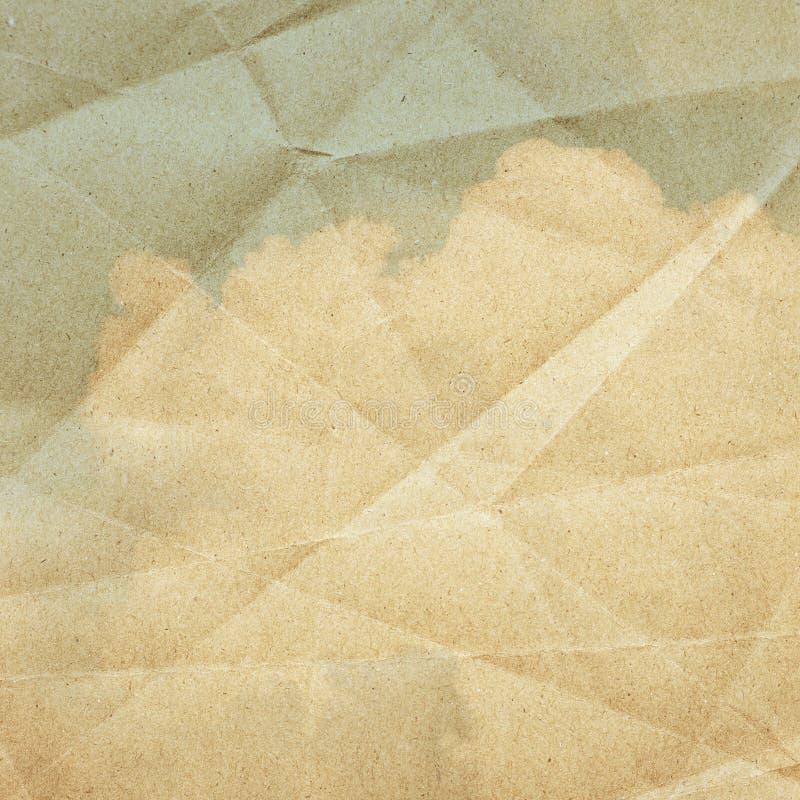 Il cielo si appanna su una carta strutturata e d'annata fotografia stock