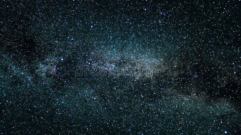 Il cielo stars l'oscurità delle montagne di notte della Via Lattea fotografia stock