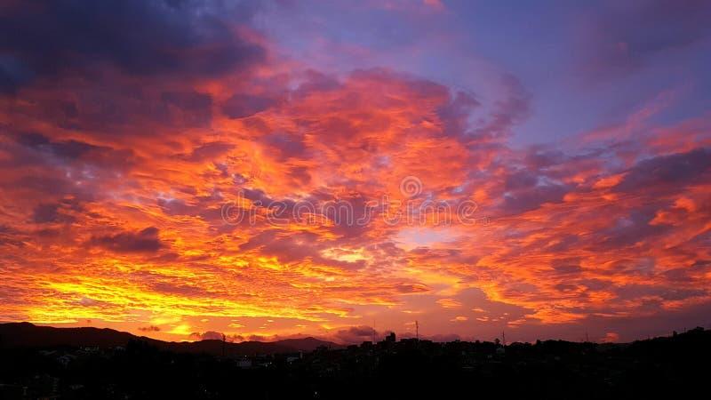 Il cielo su fuoco immagine stock