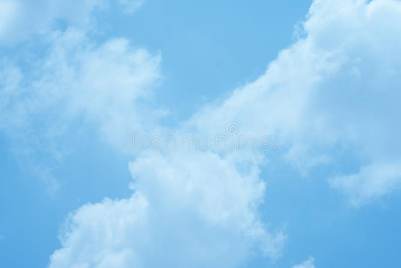 Il cielo un chiaro giorno fotografie stock
