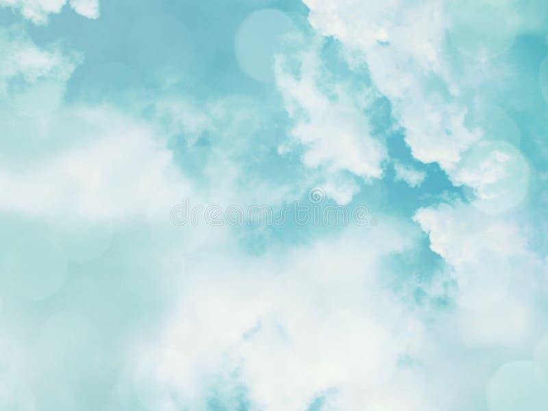 il cielo variopinto blu del fondo con il chiarore lucent bianco accende confuso fotografia stock libera da diritti