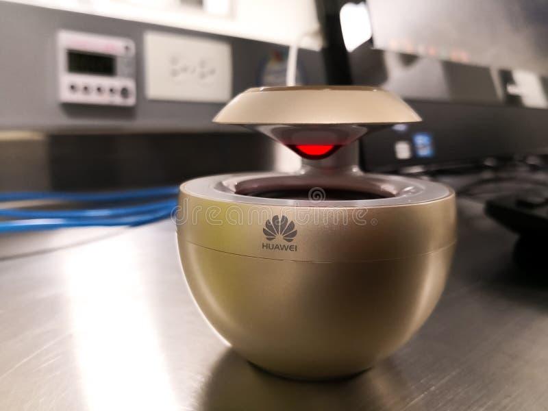 Il cigno Mini Bluetooth Speaker senza fili di Huawei ha codificato AM08 con colore dell'oro fotografia stock