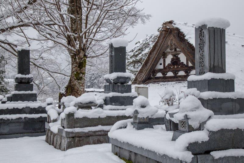 Il cimitero su neve dentro Shirakawa-va villaggio immagini stock