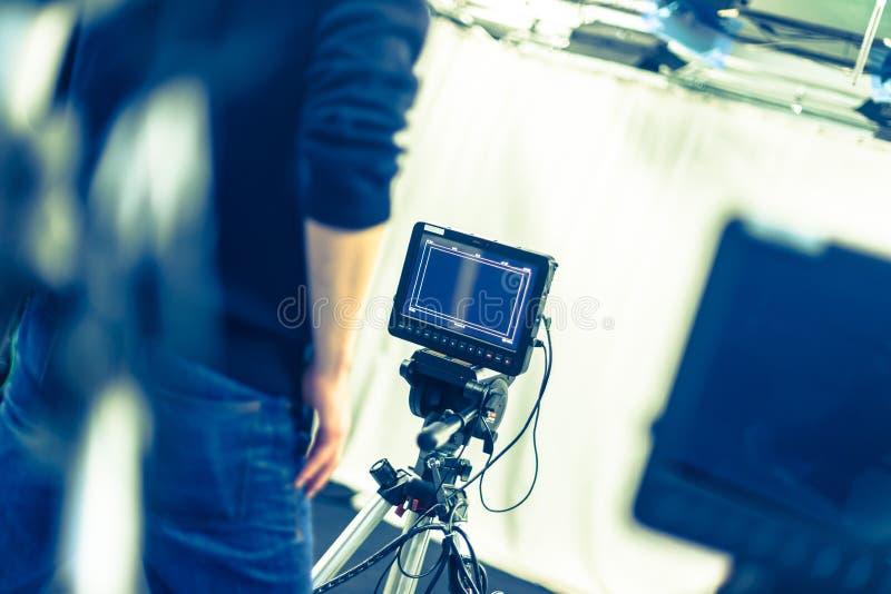 Il cineoperatore fa funzionare una macchina da presa, studio di radiodiffusione fotografie stock