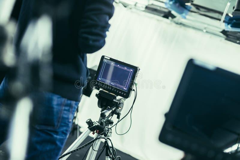 Il cineoperatore fa funzionare una macchina da presa, studio di radiodiffusione fotografia stock libera da diritti