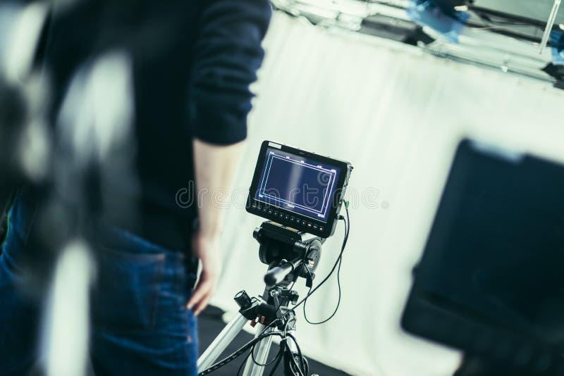 Il cineoperatore fa funzionare una macchina da presa, studio di radiodiffusione fotografie stock libere da diritti