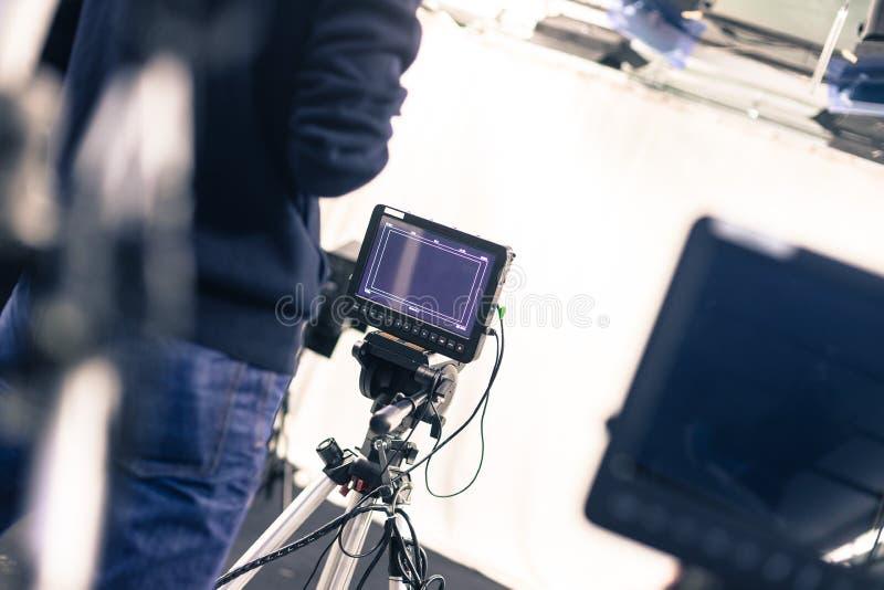 Il cineoperatore fa funzionare una macchina da presa, studio di radiodiffusione immagine stock libera da diritti