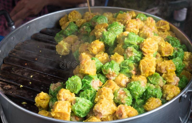 Il cinese ha cotto a vapore lo gnocco della carne di maiale o del gamberetto il genere di Ch delizioso fotografia stock libera da diritti