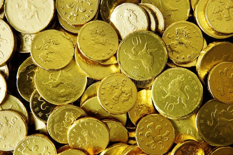Il cioccolato dorato conia la raccolta del primo piano immagine stock libera da diritti
