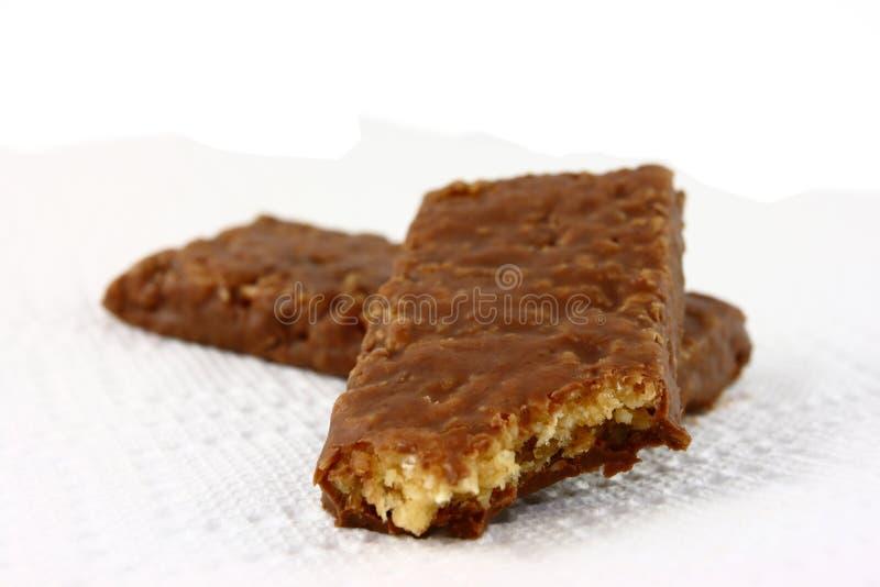 Il cioccolato due ha coperto le barre di Granola su bianco fotografie stock