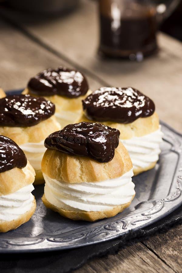 Il cioccolato Ganache ha riguardato Profiteroles o i soffi crema immagine stock libera da diritti