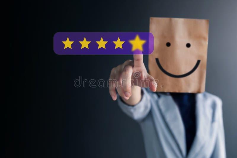 Il cliente avverte il concetto Donna felice di affari con il fronte sorridente sul sacco di carta che dà una valutazione di cinqu immagine stock libera da diritti