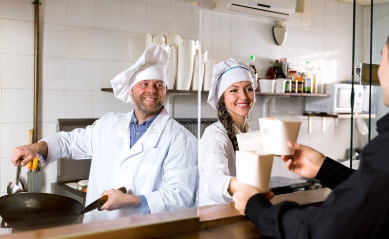 Download Il Cliente Compra Il Pasto Rapido Immagine Stock - Immagine di interno, cofano: 55358545
