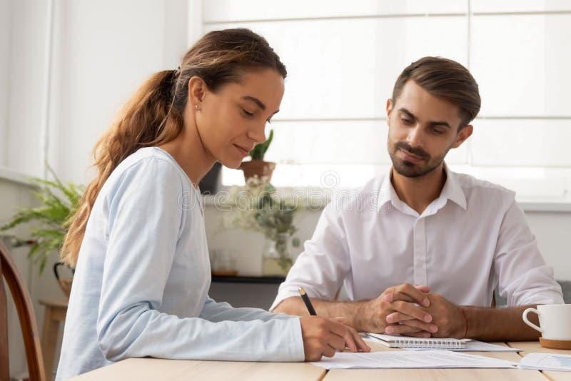 Il cliente femminile firma l'avvocato del mediatore di riunione del contratto assicurativo che fa l'affare immagine stock