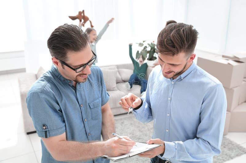Il cliente firma il leasing nel nuovo appartamento fotografia stock