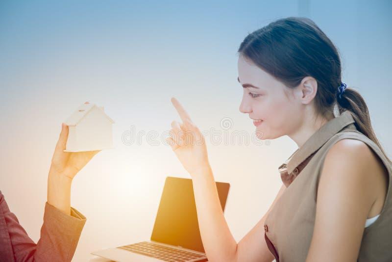 Il cliente sceglie di acquistare una nuova offerta per casa dall'agenzia domestica immagini stock libere da diritti