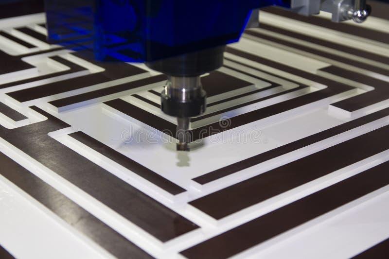 Il CNC della fresatrice funziona nella produzione della mobilia fotografia stock libera da diritti