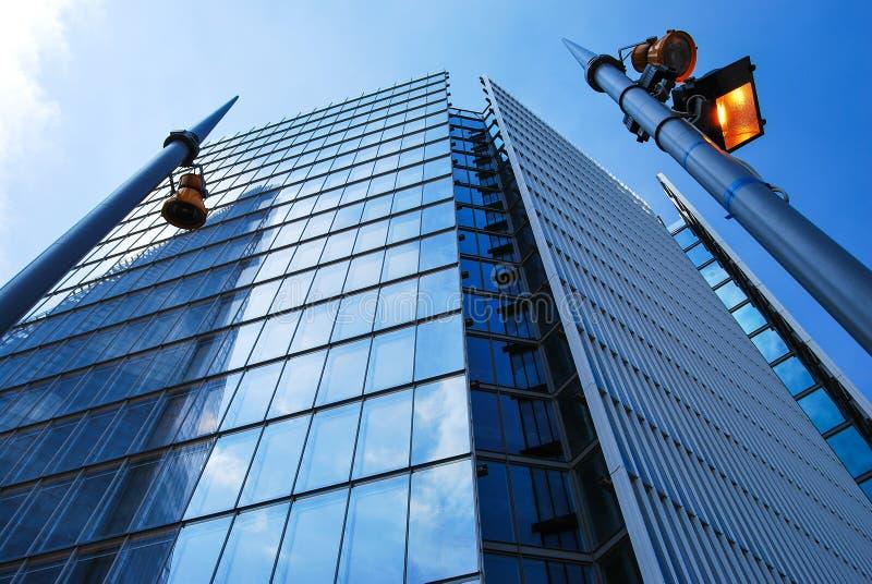 Il coccio di vetro ha riflesso in un'altra torre vetrosa immagini stock libere da diritti