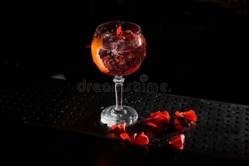 Il cocktail alcolico Spritz i supporti di Veneziano sulla barra fotografia stock