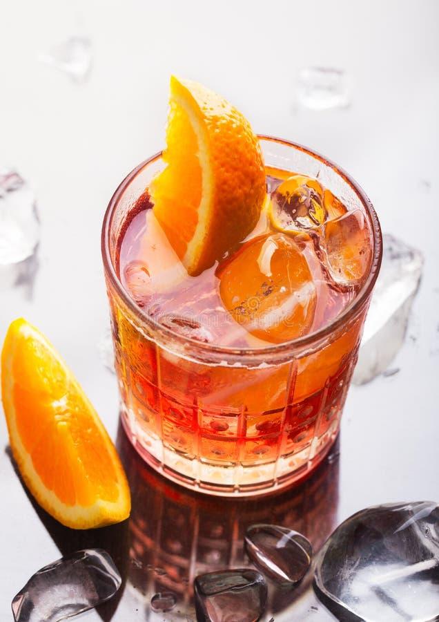 Il cocktail alcolico variopinto rosso fresco Aperol Spritz con l'arancia ed il ghiaccio immagine stock libera da diritti