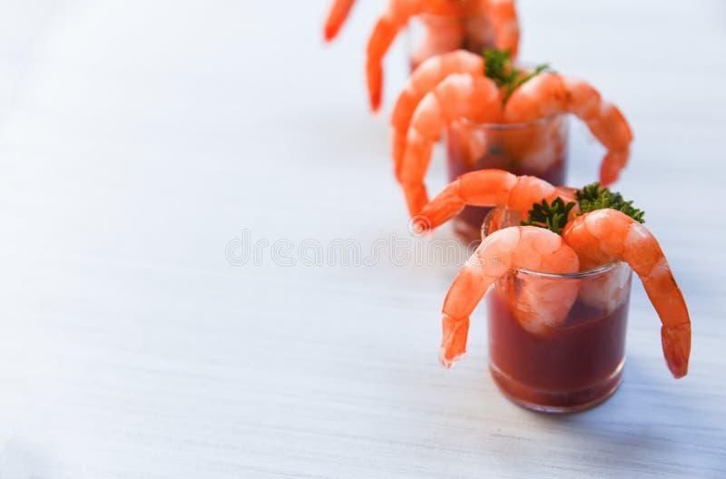 Il cocktail di gamberetto di vetro in salsa al pomodoro/frutti di mare dei crostacei ha bollito i gamberetti ketchup e spezie dei immagine stock libera da diritti