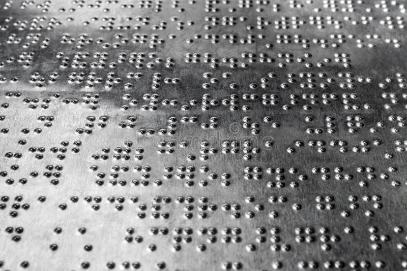 Il codice di Braille per i ciechi sull'acciaio inossidabile imbarca fotografia stock libera da diritti