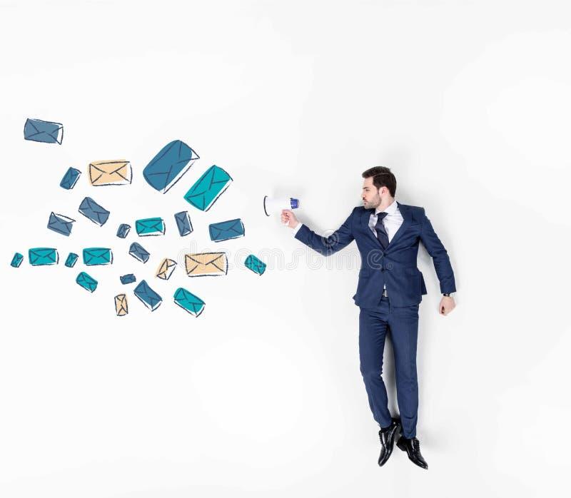 il collage creativo di giovane uomo d'affari con l'altoparlante ed il volo spediscono i segni immagini stock