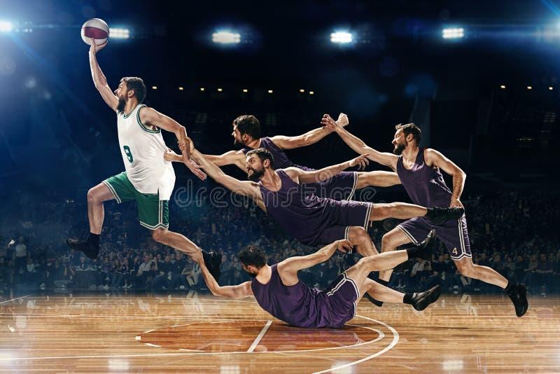 Il collage dalle immagini di un giocatore di pallacanestro con una palla contro i fan immagini stock