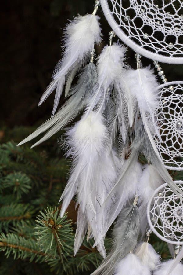 Il collettore di sogno fatto a mano con i fili delle piume e le perle rope l'attaccatura fotografia stock libera da diritti