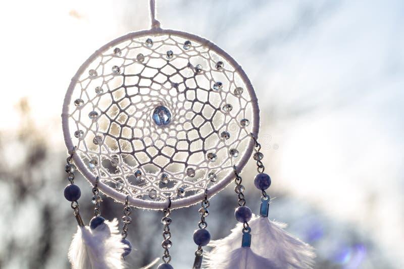 Il collettore di sogno fatto a mano con i fili delle piume e le perle rope l'attaccatura immagine stock