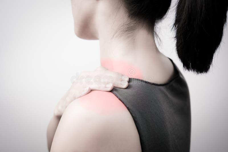 Il collo e la spalla delle donne del primo piano fanno soffrire/lesione con i punti culminanti rossi su area di dolore con gli am fotografie stock libere da diritti