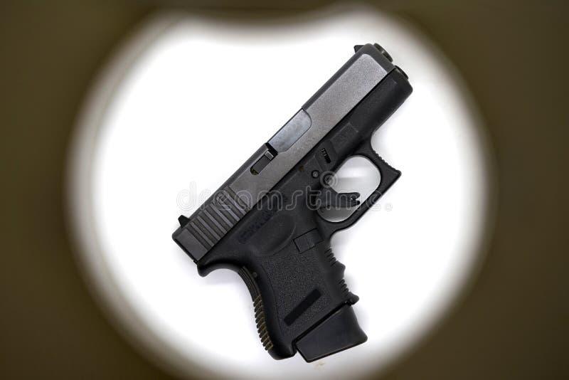 Il colore del nero della pistola del colpo, usa 9 millimetri di munizioni con il acce della presa della rivista fotografia stock