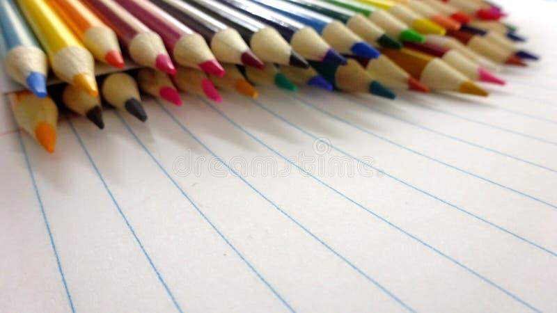 Il colore del taccuino della scuola disegna a matita il fondo Immagine della foto fotografia stock libera da diritti