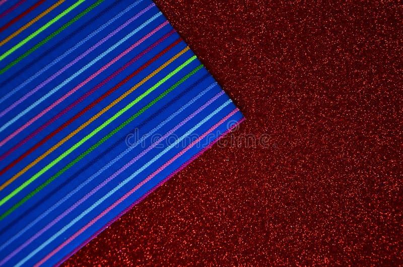 Il colore dell'arcobaleno copre le linee sulla carta di rosso della scintillazione immagine stock