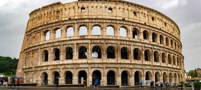 Il Colosseo o Flavian Amphitheatre di Colosseum è un anfiteatro ovale nel centro della città di Roma fotografia stock libera da diritti