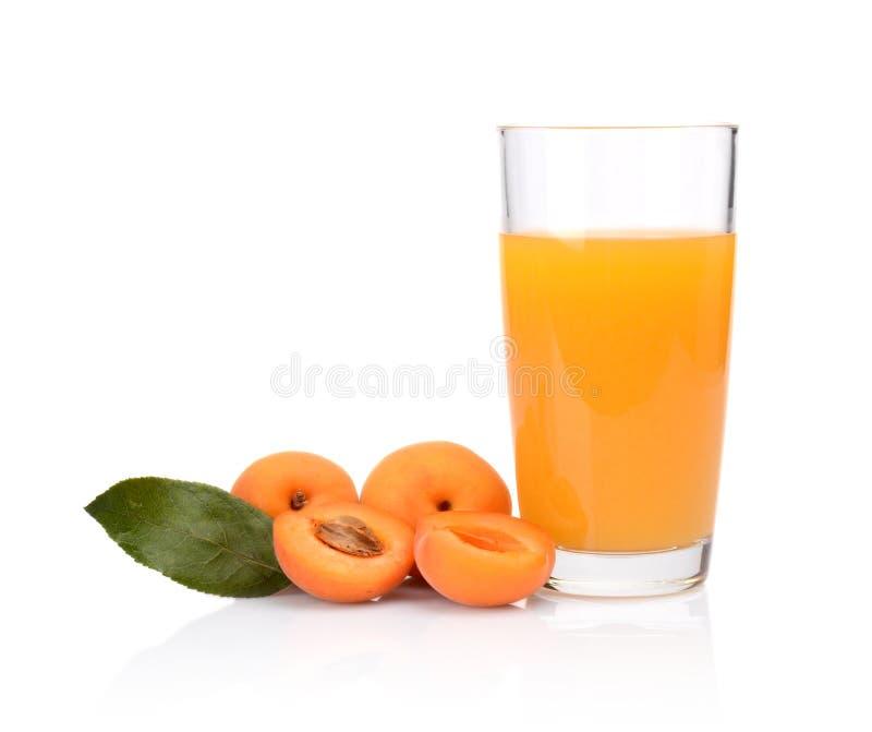 Il colpo del primo piano ha affettato le albicocche arancio con succo e la foglia fotografie stock