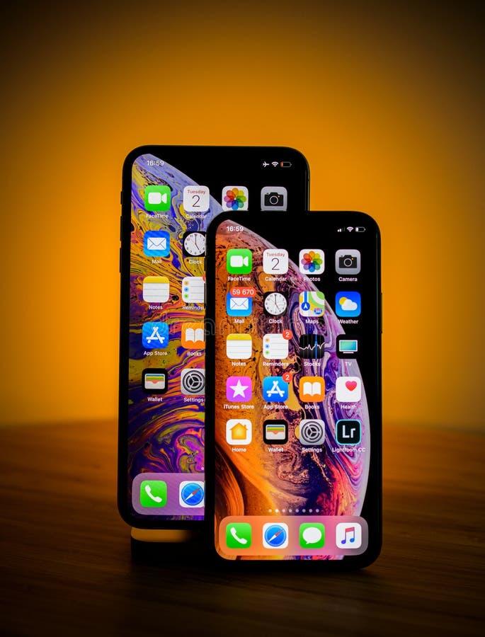 Il colpo dello studio confronta il piccolo iPphone Xs e l'orango massimo di Xs di grande iphone immagine stock libera da diritti