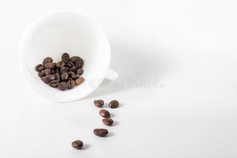 Il colpo di coffe con i fagioli di cofee va fuori immagine stock