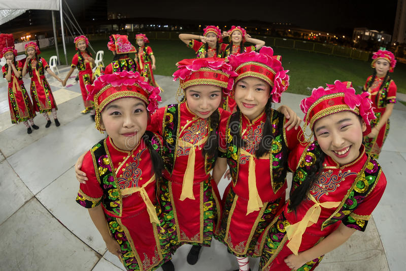 Il colpo di Fisheye di giovani studenti in costumi tradizionali cinesi si riunisce prima della loro prestazione immagini stock libere da diritti