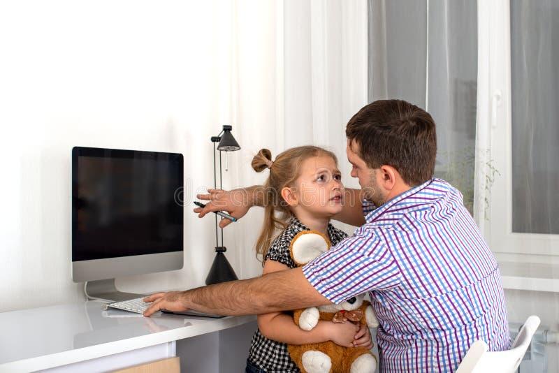 Il colpo emozionale dello studio di una ragazza che chiede ad un papà occupato del computer della persona presta sua attenzione e immagini stock libere da diritti