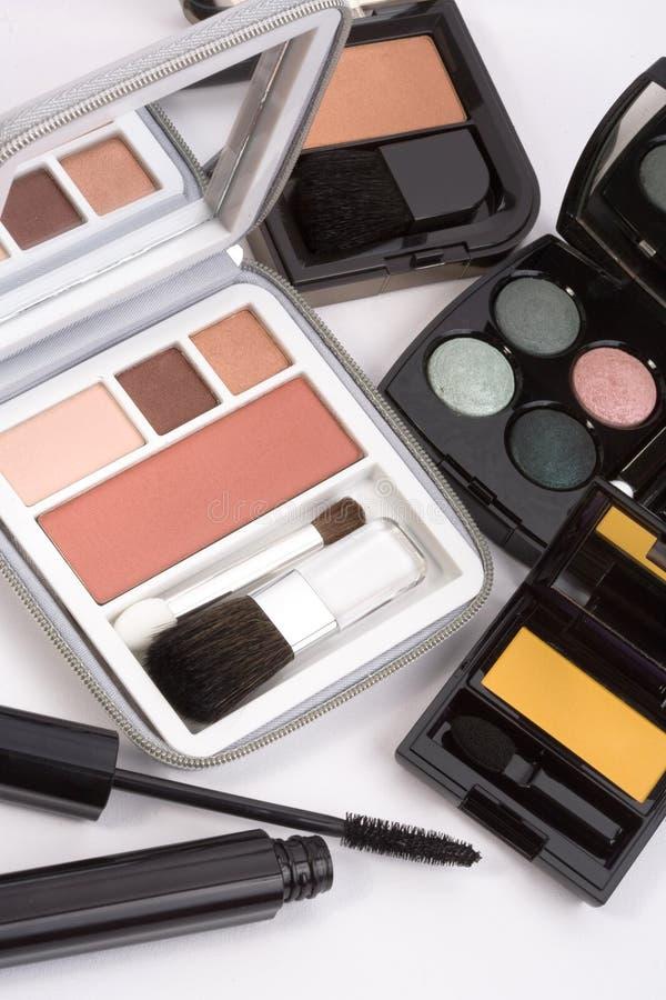 Il colpo a macroistruzione di arrossiscono e le gamme di colori dell'ombretto immagine stock