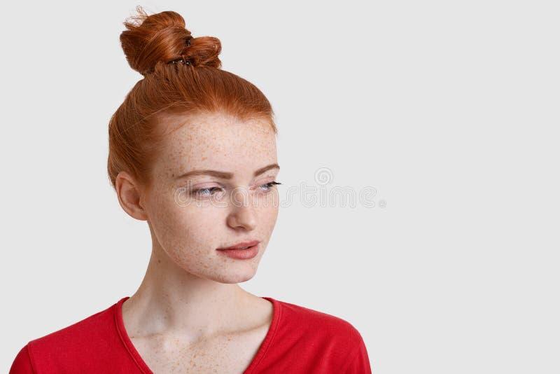 Il colpo in testa di bella donna della testarossa messa a fuoco da parte con l'espressione premurosa, ha nodo dei capelli, fronte immagini stock libere da diritti