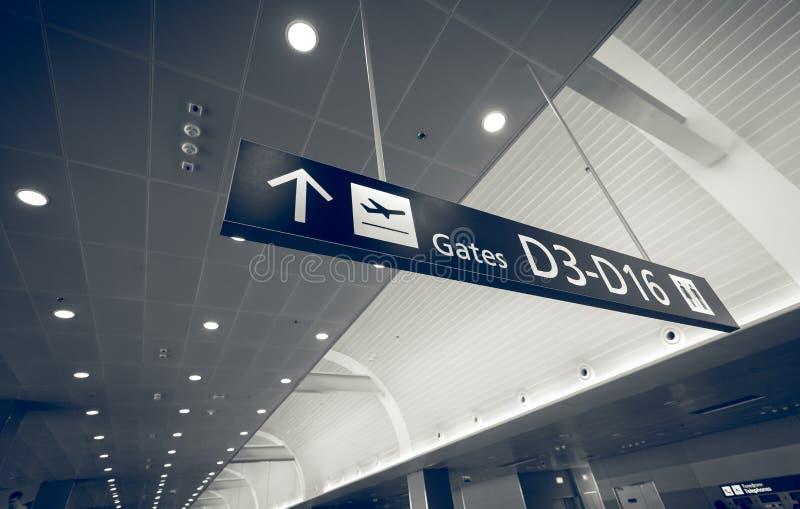 Il colpo tonificato del portone firma dentro il terminale di aeroporto fotografia stock