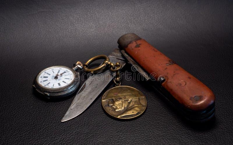 il coltello di tasca militare antico d'annata con il emplem dell'orologio e del soldato della tasca annerisce la guerra mondiale  fotografia stock libera da diritti