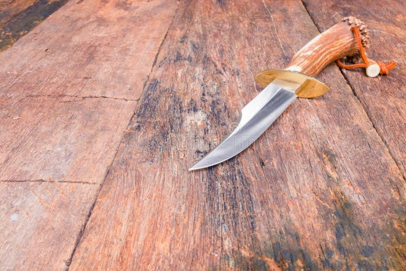 Il coltello per l'escursione sul fondo d'annata di legno con lo spazio della copia aggiunge il testo immagine stock