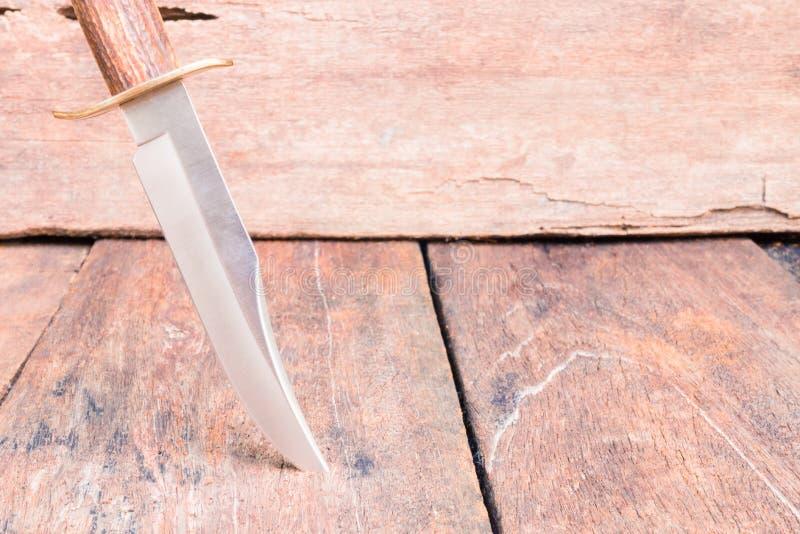 Il coltello per l'escursione sul fondo d'annata di legno con lo spazio della copia aggiunge il testo fotografia stock