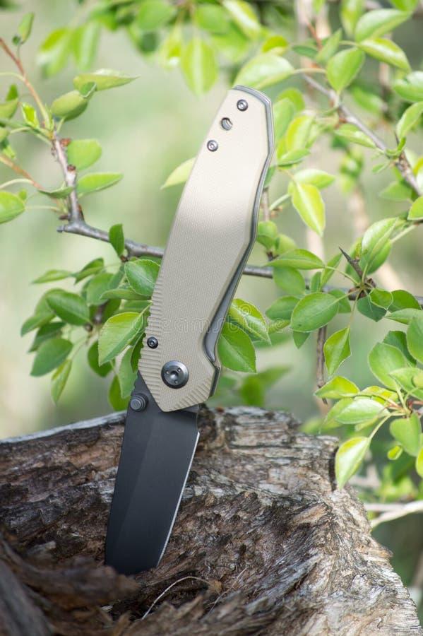 Il coltello piegante di viaggio ha reso di acciaio inossidabile con la lama nera fotografia stock libera da diritti